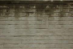 Doorstane bevlekte oude witte bakstenen muurachtergrond Textuur van een oude muur met veel rijen van witte bakstenen Stock Afbeeldingen