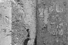 Doorstane concrete muur en roestig bladmetaal Stock Afbeelding
