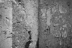 Doorstane concrete muur en roestig bladmetaal Royalty-vrije Stock Afbeelding