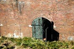 Doorstane deur en muur Royalty-vrije Stock Foto's