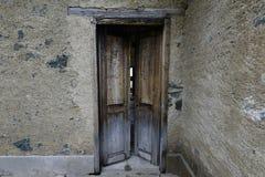 Doorstane deur met schilverf op een verlaten landbouwbedrijf Stock Foto