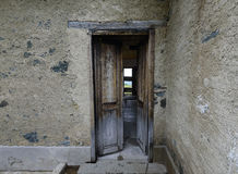 Doorstane deur met schilverf op een verlaten landbouwbedrijf Stock Foto's