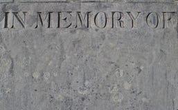 Doorstane die grafzerk met de woorden - in geheugen van - in het metselwerk worden gegraveerd royalty-vrije stock foto