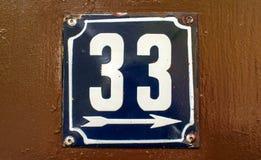 Doorstane geëmailleerde plaat nummer 33 Stock Foto's