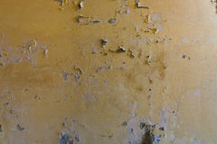 Doorstane gebarsten gele muur met witte vlekken Royalty-vrije Stock Afbeeldingen