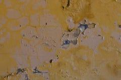 Doorstane gele muur met vlekken Royalty-vrije Stock Foto