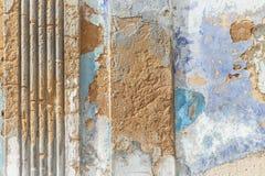 Doorstane gepleisterde muur royalty-vrije stock afbeelding