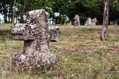 Doorstane grafsteen in een oude begraafplaats Royalty-vrije Stock Afbeeldingen