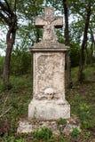 Doorstane grafsteen in een oude begraafplaats Stock Foto's