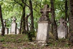 Doorstane grafstenen in een oude begraafplaats Royalty-vrije Stock Foto's