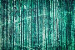 Doorstane groene concrete muur met donkere druppels - grunge backgroun stock foto's