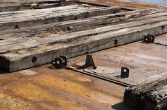 Doorstane houten pijler bij de jachthaven met Stock Foto