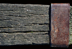 Doorstane houten straal met een roestige metaalplaat Royalty-vrije Stock Foto