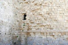 Doorstane muur van een middeleeuwse vesting op het Eiland Rhodos in Griekenland Royalty-vrije Stock Fotografie