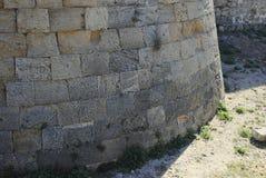 Doorstane muur van een middeleeuwse vesting op het Eiland Rhodos in Griekenland Stock Afbeeldingen