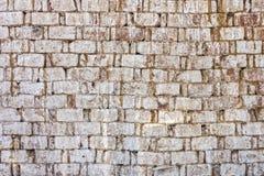 Doorstane oude bakstenen muur Stock Foto's