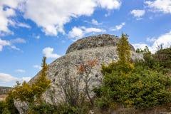 Doorstane rotsachtige dagzomende aardlagen in de Krim royalty-vrije stock foto