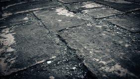 Doorstane textuur van bevlekte oude donkere bakstenen muurachtergrond Royalty-vrije Stock Fotografie