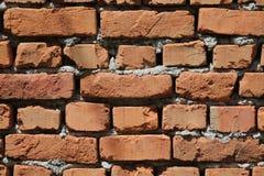 Doorstane textuur van bevlekte oude rode bakstenen muurachtergrond Stock Foto