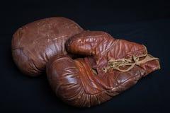Doorstane Uitstekende Leer Bokshandschoenen Royalty-vrije Stock Afbeeldingen