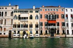 Doorstane Venetiaanse voorzijden Stock Afbeeldingen