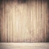 Doorstane verticale bruine houten plankenmuur Stock Fotografie