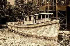 Doorstane vissersboot Stock Afbeeldingen