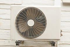 Doorstane Witte Airconditioningseenheid Opgezet op Buitenhuis Wa Royalty-vrije Stock Afbeeldingen