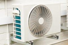 Doorstane Witte Airconditioningseenheid Opgezet op Buitenhuis Wa Stock Afbeelding