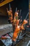 Doorstoken geroosterde proefkonijnen bij markt stock foto's