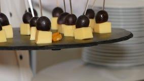 Doorstoken kaas en druiven stock videobeelden