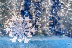 Doorzichtige Kerstmisstuk speelgoed sneeuwvlok op zilveren-blauw bokeh backgro Royalty-vrije Stock Afbeelding
