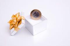 Doos aan gift en muntstuk Stock Afbeelding