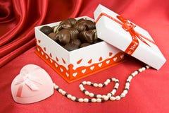 Doos chocolade met heden en parels. Royalty-vrije Stock Foto's