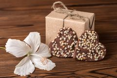 Doos, donkere chocoladehart en hibiscusbloem, mede Valentijnskaartendag Royalty-vrije Stock Afbeeldingen