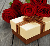 Doos en rode rozen stock fotografie