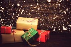 Doos en sneeuw van Kerstmis de de huidige giften op oude houten achtergrond Stock Foto