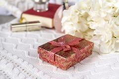 doos, gift, wit, doek, kaars, hydrangea hortensiabloemen, lippenstift, stilleven stock foto's