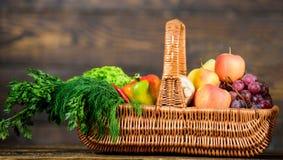 Doos of mand de houten achtergrond van oogstgroenten Enkel van tuin Het concept van de kruidenierswinkelwinkel Verse leverings de royalty-vrije stock afbeeldingen