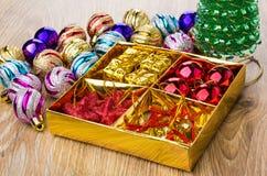 Doos met ballen, kartondozen, sterren en klokken, Kerstmisbal Stock Foto's