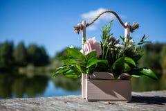 Doos met bloemen stock afbeelding