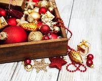 Doos met de decoratie van Kerstmis Royalty-vrije Stock Afbeeldingen