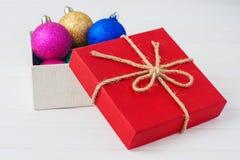 Doos met de decoratie van Kerstmis Royalty-vrije Stock Foto