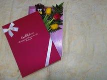 Doos met een boeket van geel en rode tulpen Royalty-vrije Stock Afbeeldingen