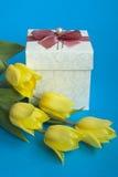 Doos met een gift en tulpen Stock Afbeeldingen