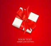 doos met een rode boog op rode achtergrond Royalty-vrije Stock Afbeeldingen