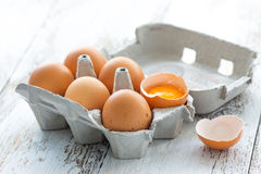 Doos met eieren stock foto