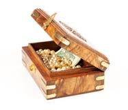 Doos met geld en juwelen royalty-vrije stock afbeelding