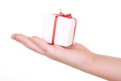 Doos met gift in palm royalty-vrije stock afbeelding