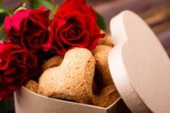 Doos met hart-vormige koekjes royalty-vrije stock afbeeldingen